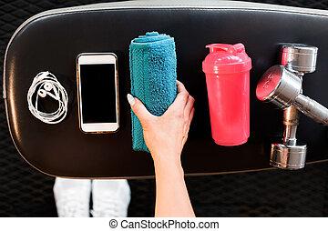 mobiele telefoon, oortelefoons, baddoek, shaker, en, dumbbells