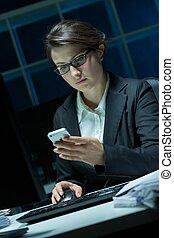mobil, affärskvinna, ung, ringa
