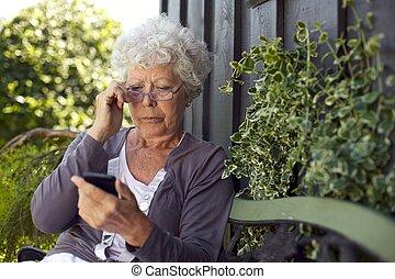 mobil, se, senior woman, ringa