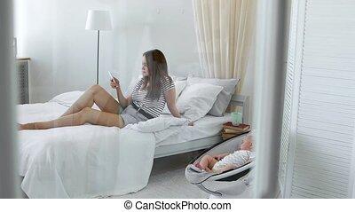 mobile, écrit, social, réseaux, suivant, téléphone, regarde, maman, interior., bébé, blanc, chaise, carie