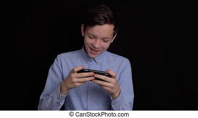 mobile, adolescent, sourire, utilisation, arrière-plan., noir, téléphone