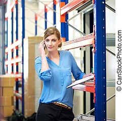 mobile, conversation, entrepôt, téléphone, femme affaires