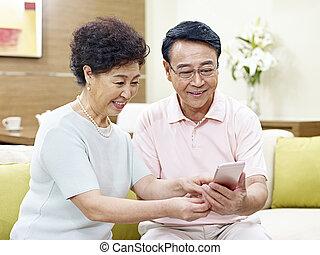 mobile, coppia, telefono, asiatico, usando, anziano