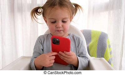 mobile, dorlotez fille, jouer, téléphone