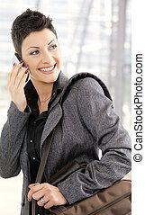 mobile, femme affaires, appeler