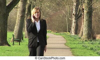 mobile, femme affaires, conversation, téléphone