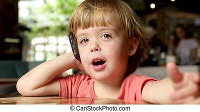 mobile, gai, enfantqui commence à marcher, parler, téléphone