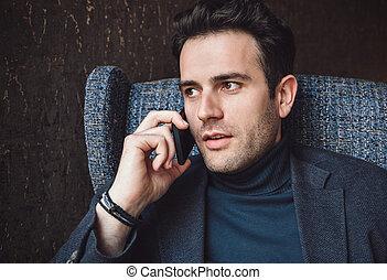 mobile, homme affaires, jeune, conversation