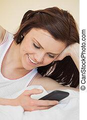 mobile, lit, gai, téléphone, utilisation, girl, mensonge