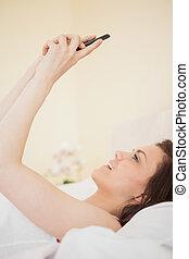 mobile, lit, téléphone, utilisation, girl, mensonge, heureux