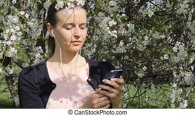 mobile, musique, séduisant, écoute, sourire, dame