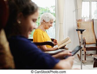 mobile, nipote, libro telefono, nonna, usando, lettura