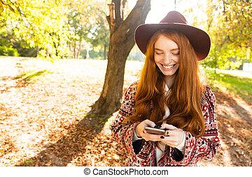 mobile, parc, jeune, automne, téléphone., étudiant, roux, utilisation, girl, cutie, sourire