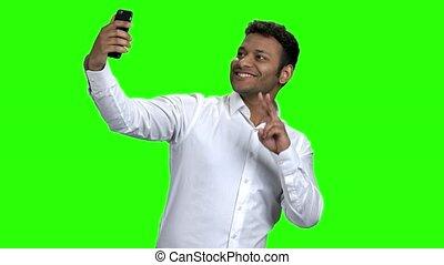 mobile, prendre, jeune, téléphone., homme affaires, selfie