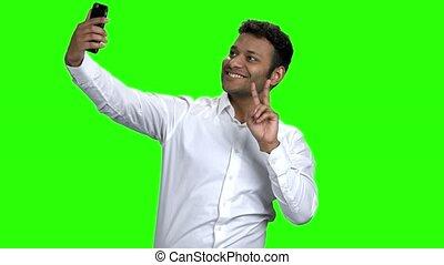 mobile, prendre, jeune, téléphone., sourire, selfie, homme