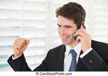 mobile, serraggio, telefono, mentre, pugno, uomo affari, ...