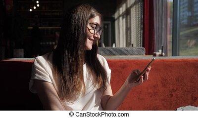 mobile, texting, jeune, téléphone, sourire, café, girl