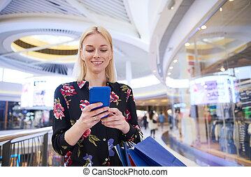 mobile, usando, sorridente, telefono, shopping, donna, centro commerciale