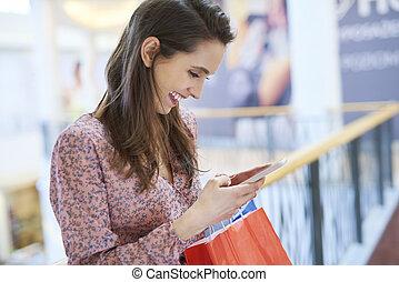 mobile, usando, telefono, shopping, città, giovane, durante, donna