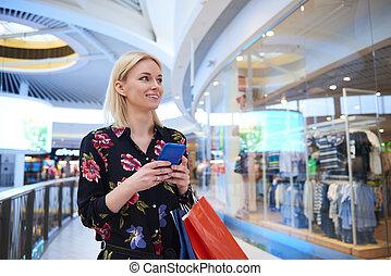 mobile, usando, telefono, shopping, giovane, centro commerciale