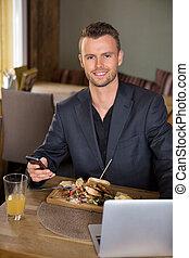 mobilephone, レストラン, ラップトップ, 食事, ビジネスマン, 持つこと
