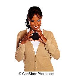 mobiltelefon, afro-amerikansk kvinna, meddelande, läsning