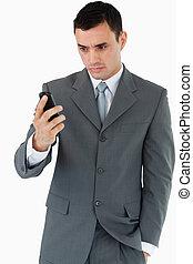 mobiltelefon, hans, se, affärsman, allvarlig