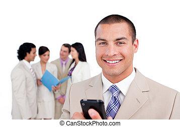 mobiltelefon, hans, stående, se, affärsman, ung