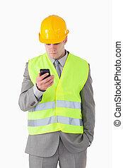mobiltelefon, hans, stående, se, byggmästare, ung