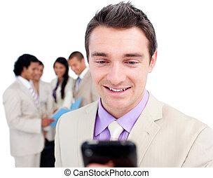 mobiltelefon, hans, stående, se, förtjusande, affärsman