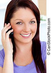 mobiltelefon, henne, användande, soffa, kvinna, förtjust, ung
