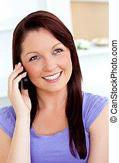 mobiltelefon, henne, användande, soffa, kvinna, munter, ung