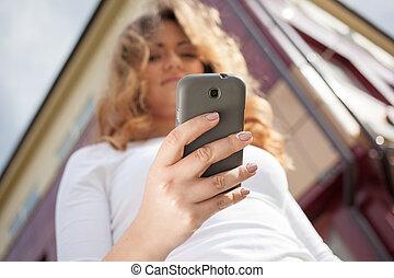 mobiltelefon, kvinna, gata, användande