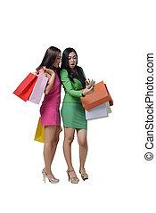mobiltelefon, kvinna handling, två, se, väska, medan, asiat, holdingen, stående, uttryck, snopen