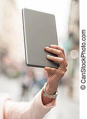 mobiltelefon, kvinna, selfie, uppe, hålla lämna, nära, tillverkning