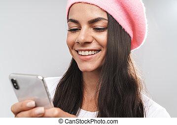mobiltelefon, kvinna, turist, avbild, ung, medan, närbild, holdingen, maskinskrivning, le, förvåna