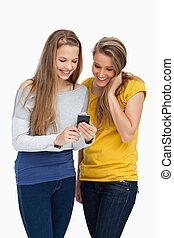 mobiltelefon, medan, se, le, student, två, kvinnor