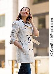mobiltelefon, talande, kvinna, toppmodern, äldre, vandrande, gata