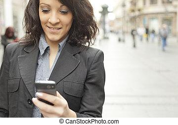 mobiltelefon, vandrande, kvinna, gata