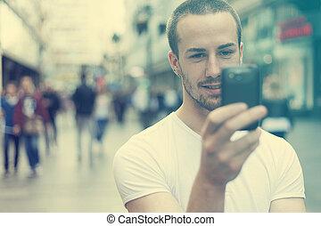 mobiltelefon, vandrande, ung man