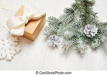 mockup, weihnachtsgeschenk, weinlese, mit, schneebedeckt, zweig, von, tannenbaum, weiß, holz, hintergrund