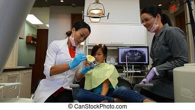 modèle, 4k, femme, dentiste, sur, dents, expliquer