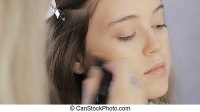 modèle, cheekbone., utilisation, brosse, demande, rougir, maquillage, bronzer, jeune, artiste