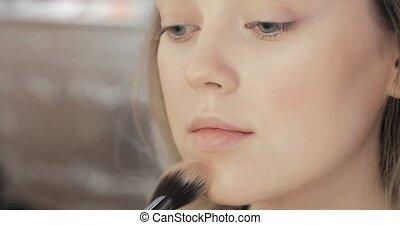 modèle, cheekbone., utilisation, brosse, visagist, demande, rougir, jeune, bronzer