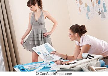 modèle, essayage, par, femme, couturier