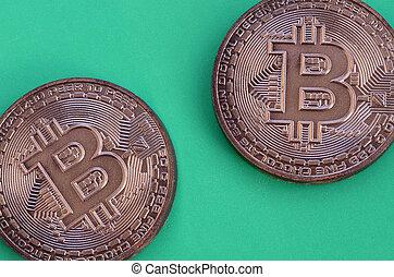 modèle, formulaire, physique, crypto, chocolat, plastique, comestible, mensonge, deux, bitcoins, vert, produits, monnaie, arrière-plan.