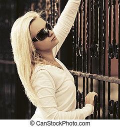 moda, óculos de sol, jovem, pullover, mulher, loura, branca