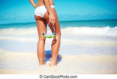 moda alta, look., costas, de, glamor, excitado, sunbathed, modelo, menina, em, branca, langerie, atrás de, azul, praia, água oceano, com, água, máscara