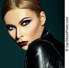 moda alta, look.glamor, closeup, retrato, de, bonito, excitado, elegante, caucasiano, mulher jovem, modelo, com, luminoso, modernos, maquilagem, com, escuro, lábios vermelhos, com, perfeitos, limpo, pele