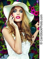 moda alta, look.glamor, closeup, retrato, de, bonito, excitado, elegante, loura, mulher jovem, modelo, com, luminoso, maquilagem, e, lábios rosas, com, perfeitos, limpo, pele, em, chapéu, perto, verão, flores